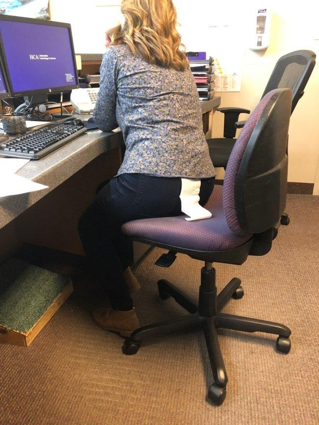 девушка сидит перед компьютером