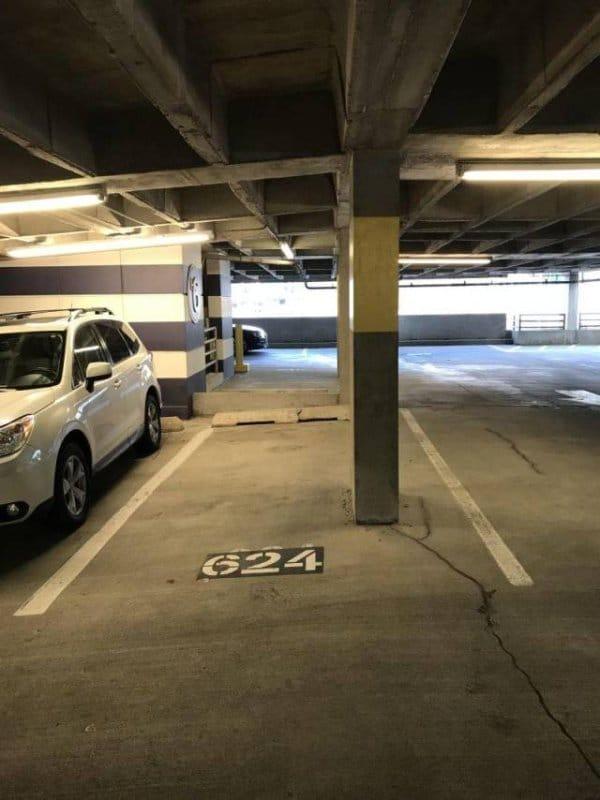 колонна на парковке