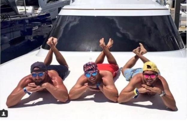 парни загорают на яхте