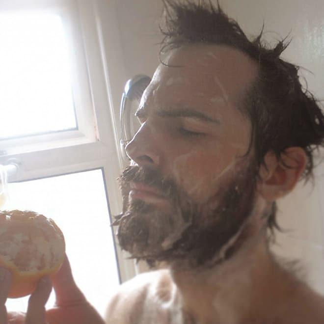 парень в душе с апельсином