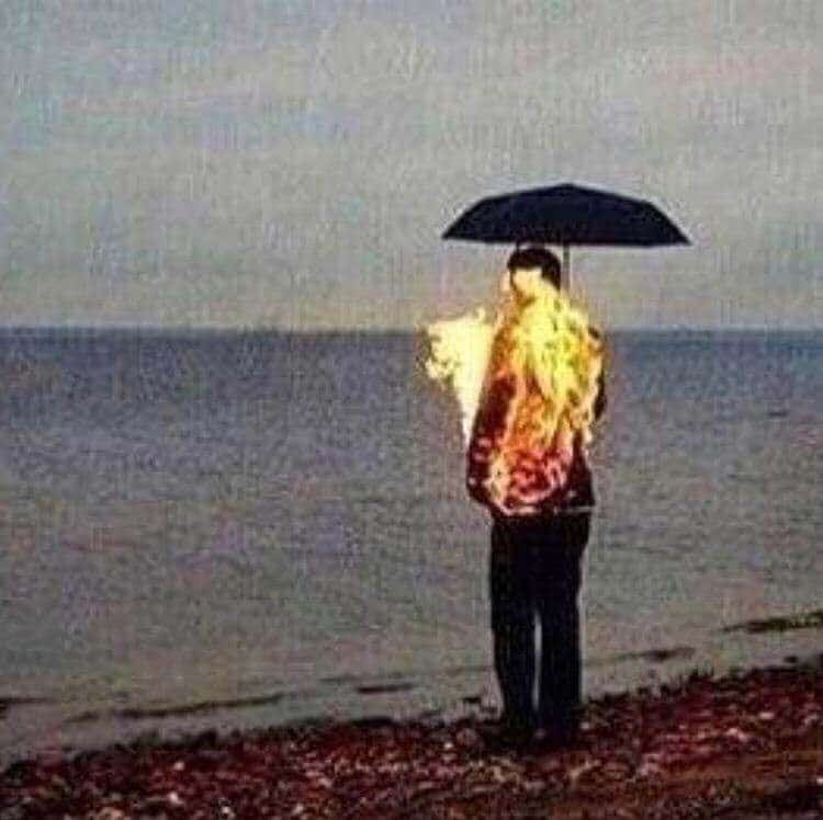 мужчина горит