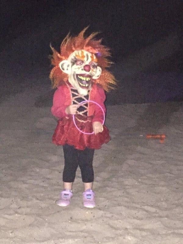 девочка в костюме клоуна