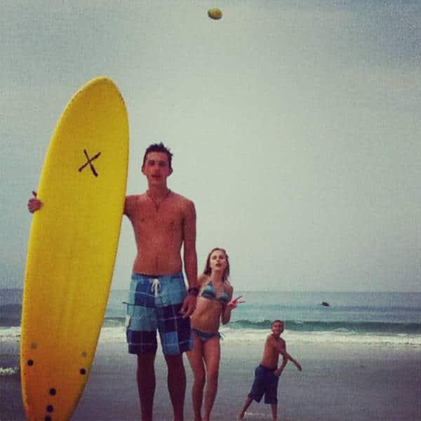 парень с доской для серфинга