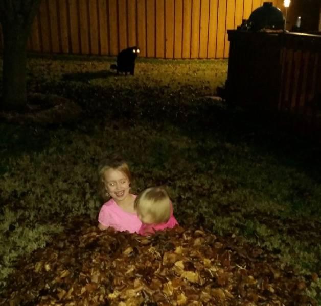 девочки в листьях