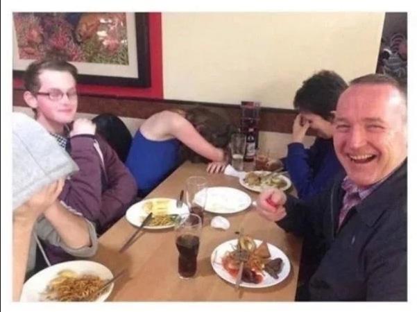 семья за столом