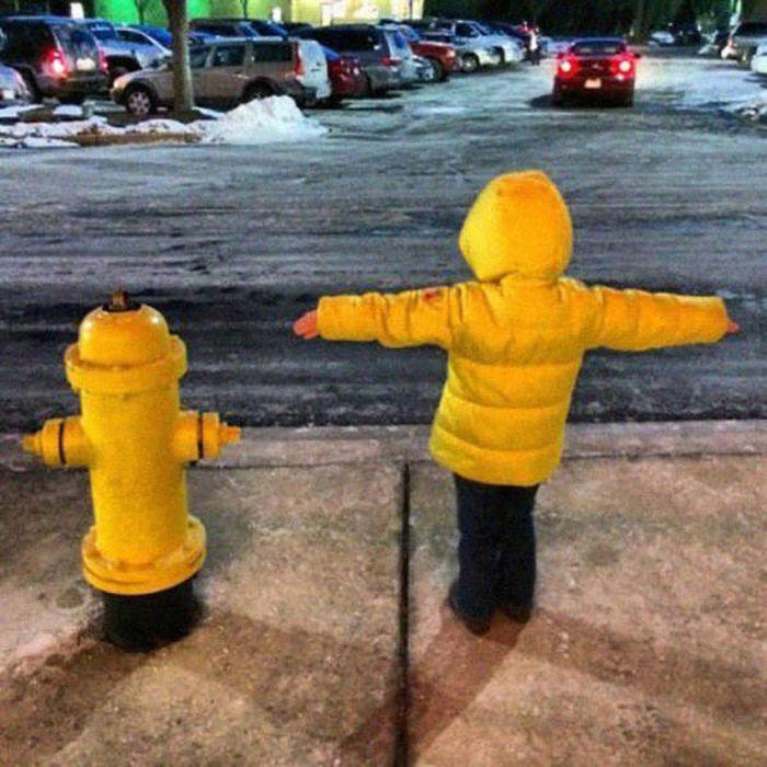 пожарный гидрант и ребенок