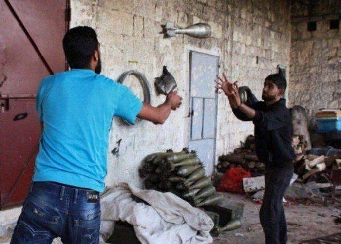 мужчины бросают снаряд