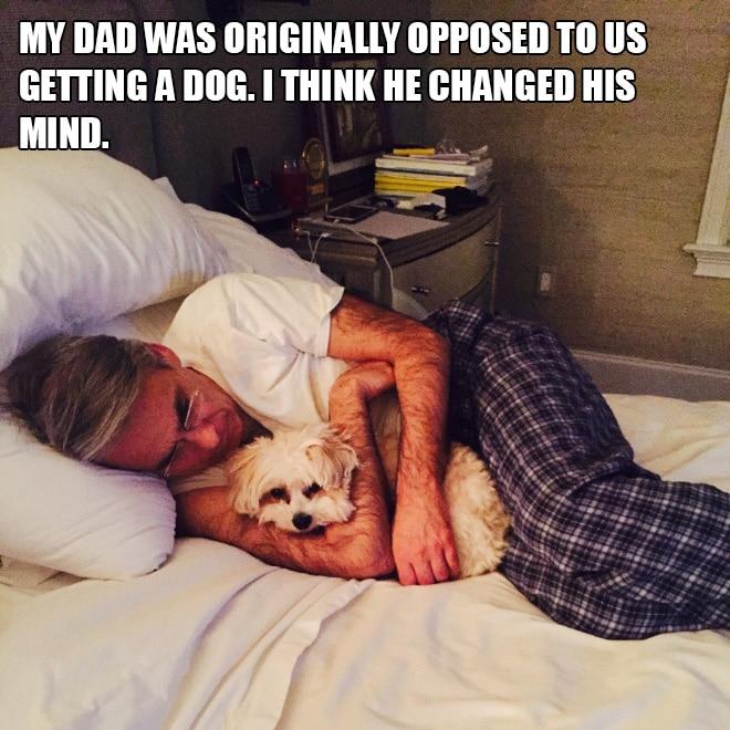 мужчина с собакой на кровати