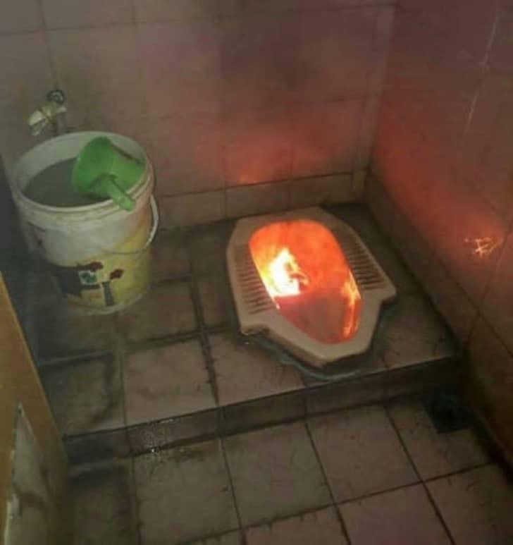 горит бумага в туалете