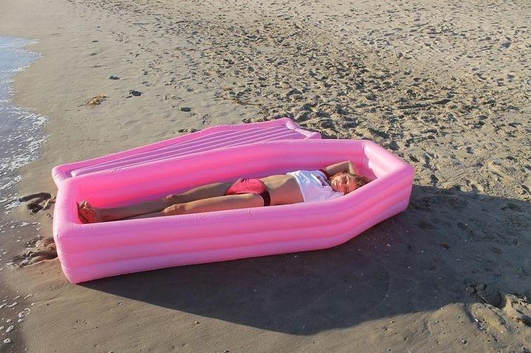 розовый пляжный матрас