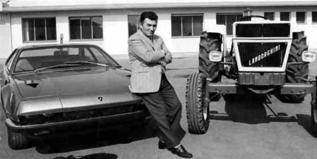 мужчина на фоне машины и трактора