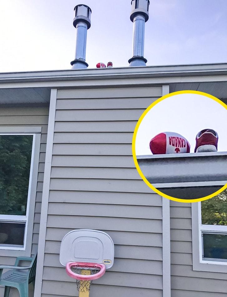 мяч и обувь на крыше
