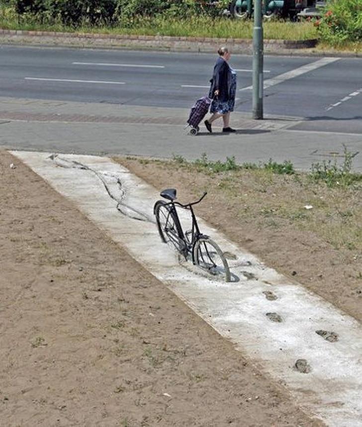 велосипед застрял в цементе