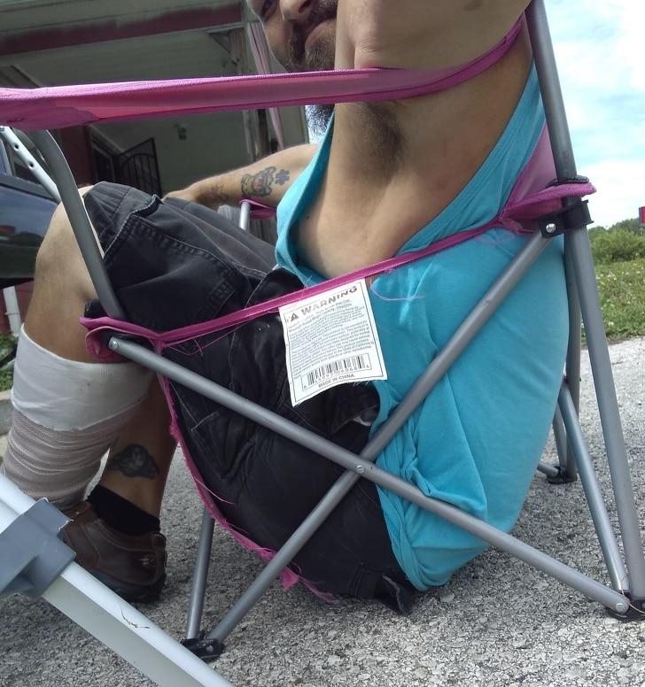 мужчина сломал стул