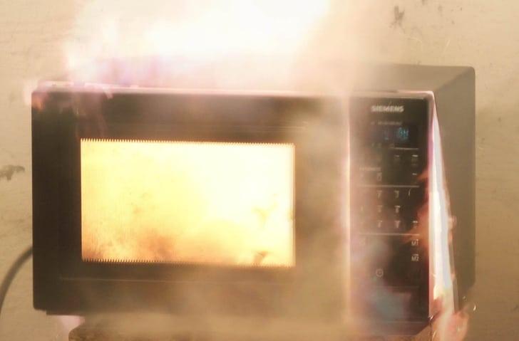 микроволновка загорелась