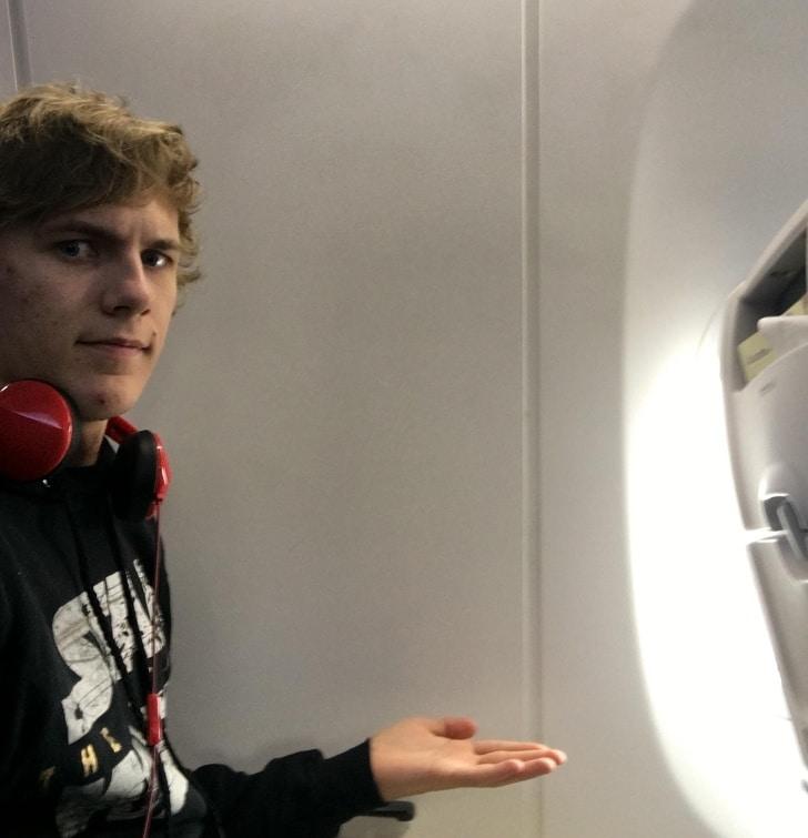 парень и самолет