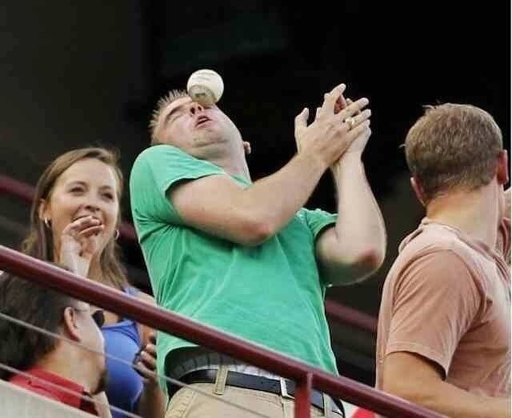 мяч прилетел в глаз