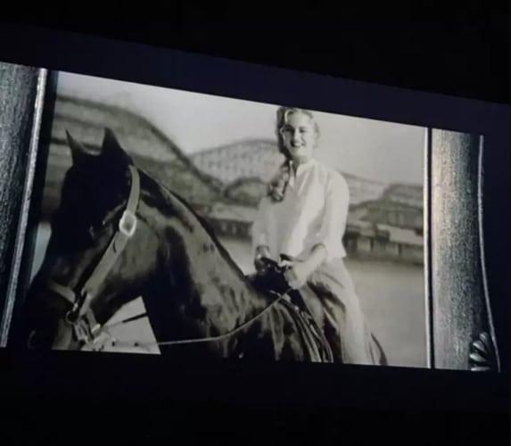 Роуз верхом на лошади
