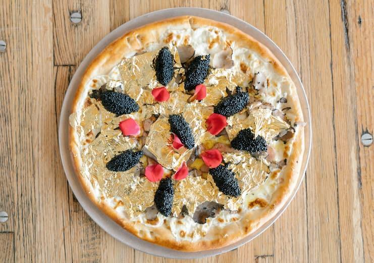 дорогая пицца с золотом