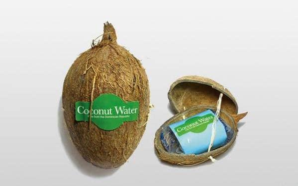 Кокосовая вода, которая продаётся в кокосе