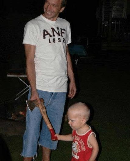 папа и ребёнок с топором