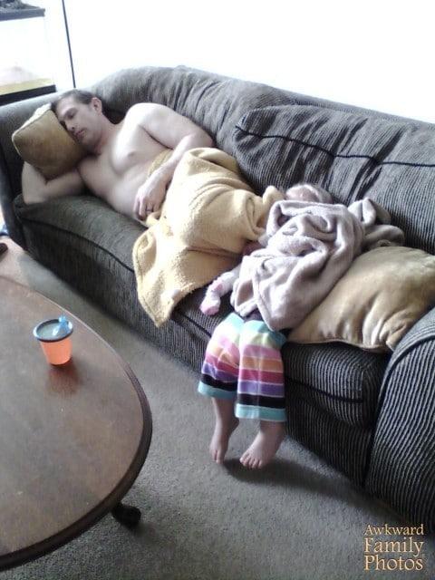спящие отец и ребенок