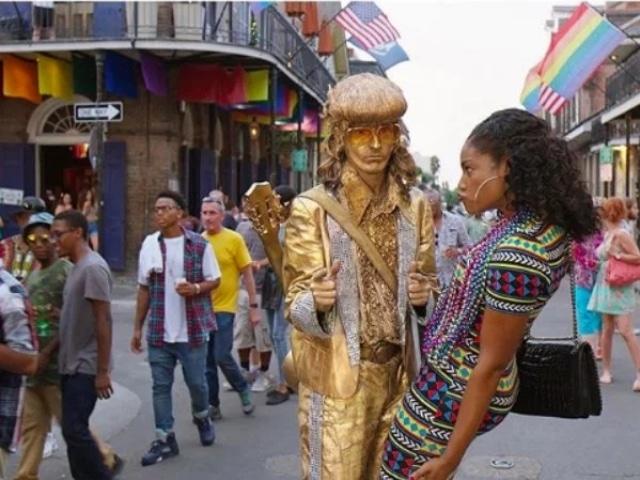 девушка и живая статуя