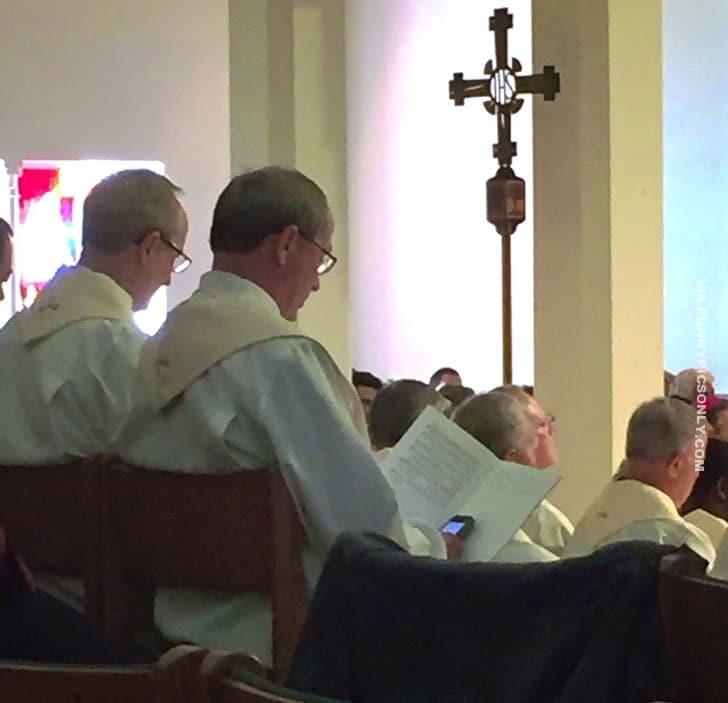 священники