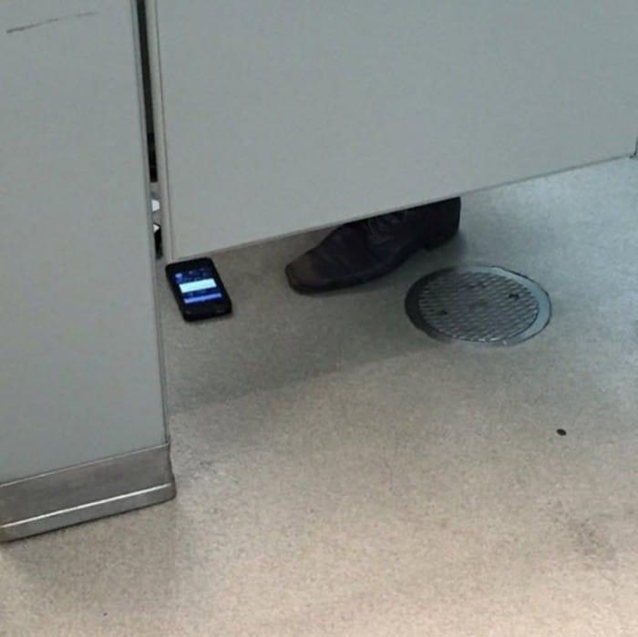 мужчина с телефоном в туалете