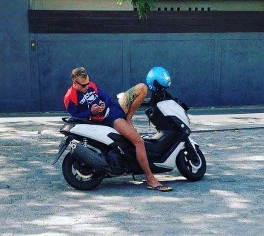 парень сидит на мотоцикле