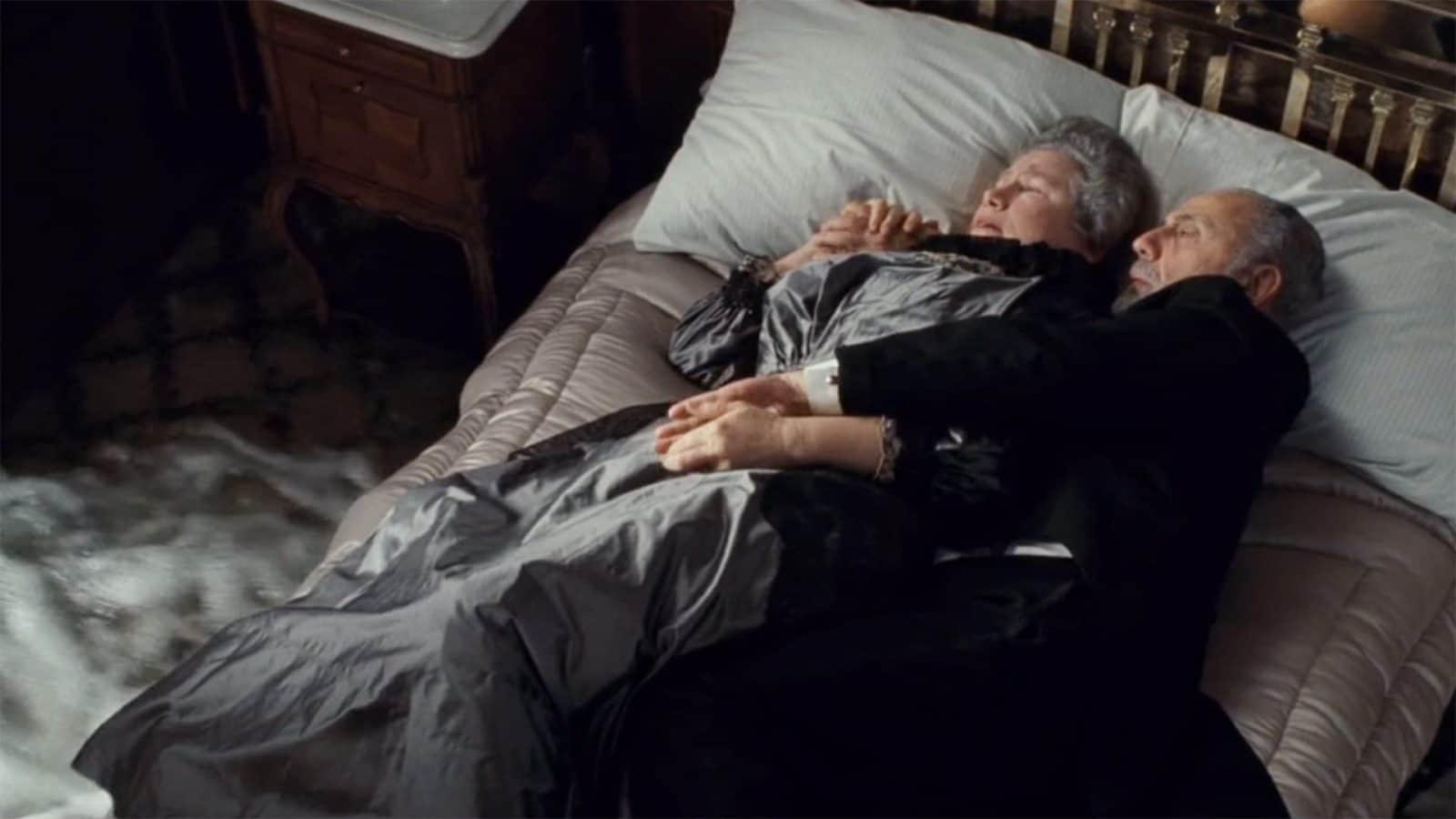 пожилая пара на кровати