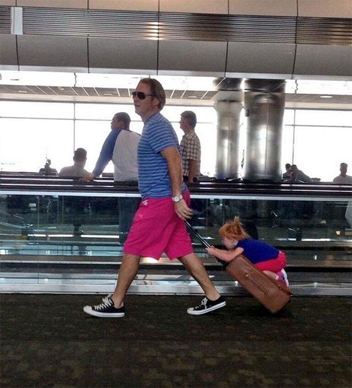 мужчина с чемоданом и ребенком