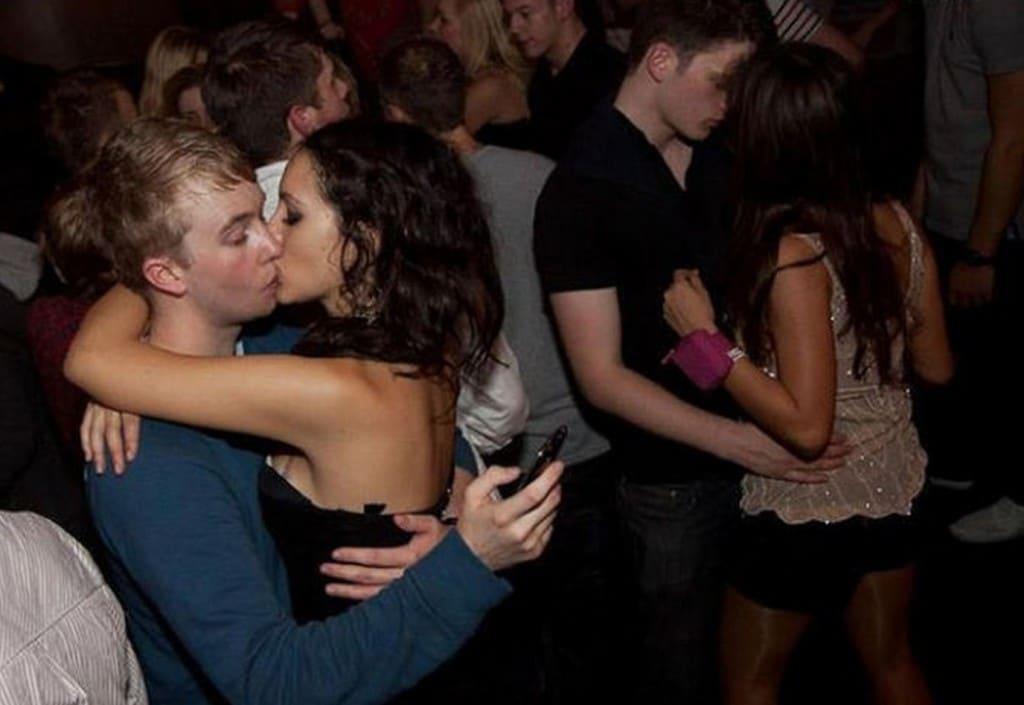 пара целуется