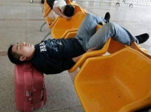мужчина спит на чемодане
