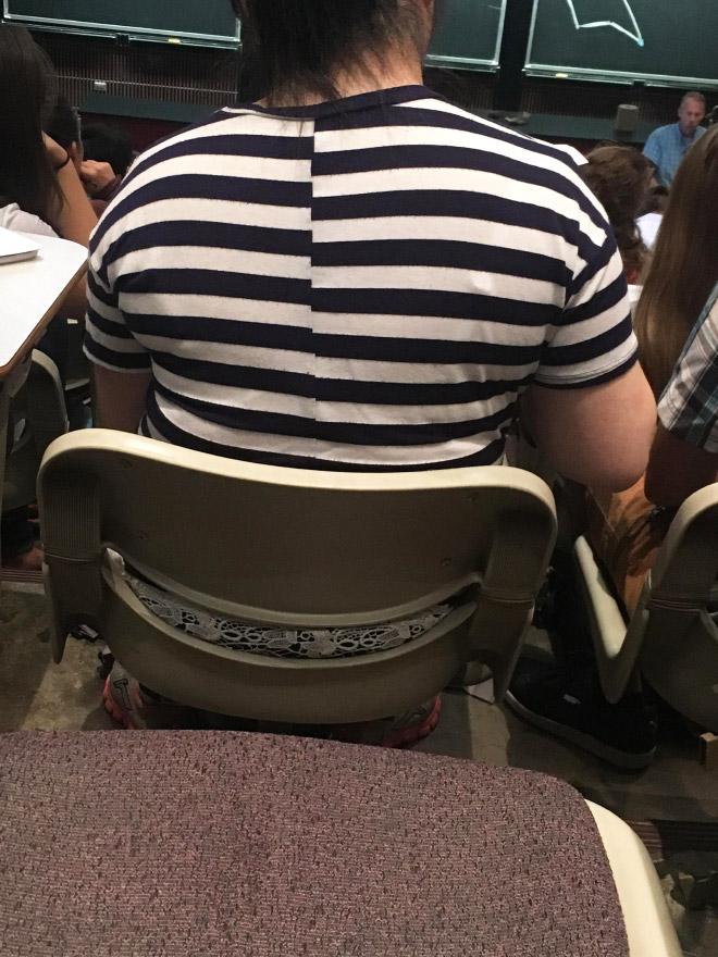женщина в полосатой футболке