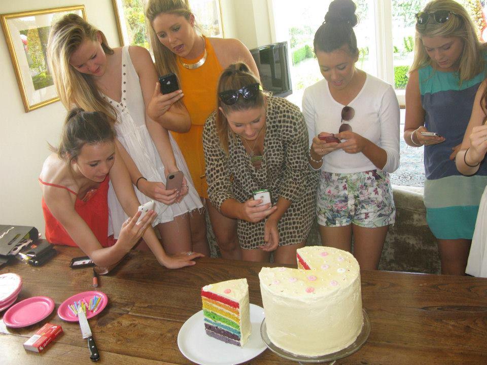 девушки фотографируют торт