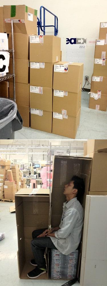 парень спит в коробке