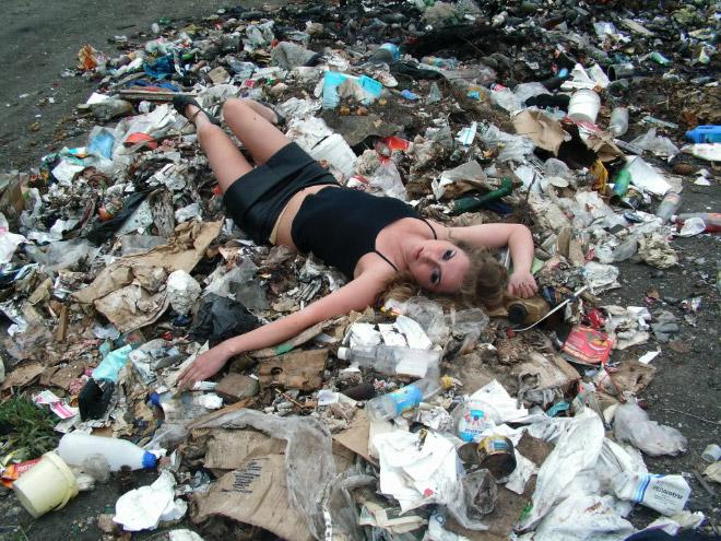девушка позирует на мусоре