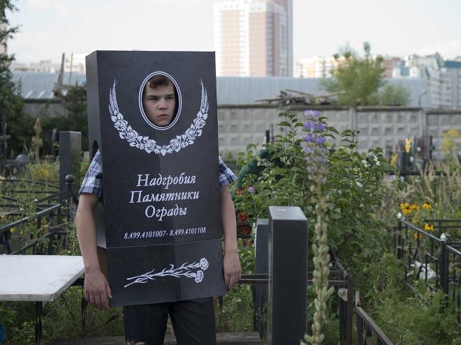 парень в костюме надгробия