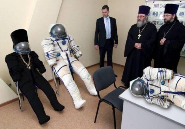 скафандры и священники
