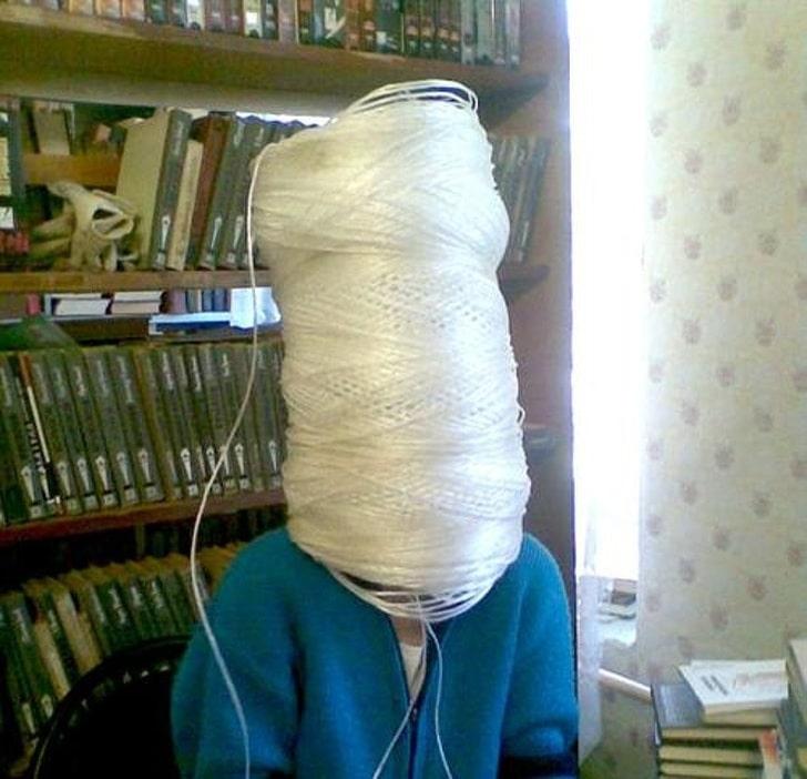 человек с катушкой ниток на голове