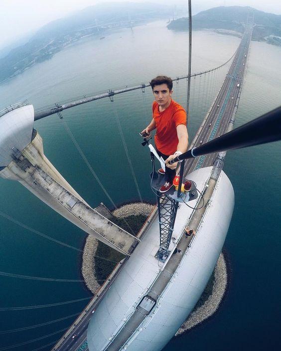 парень на вершине моста делает селфи