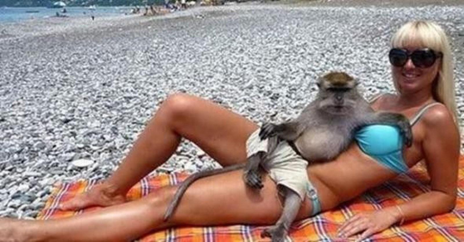 девушка с обезьяной на пляже