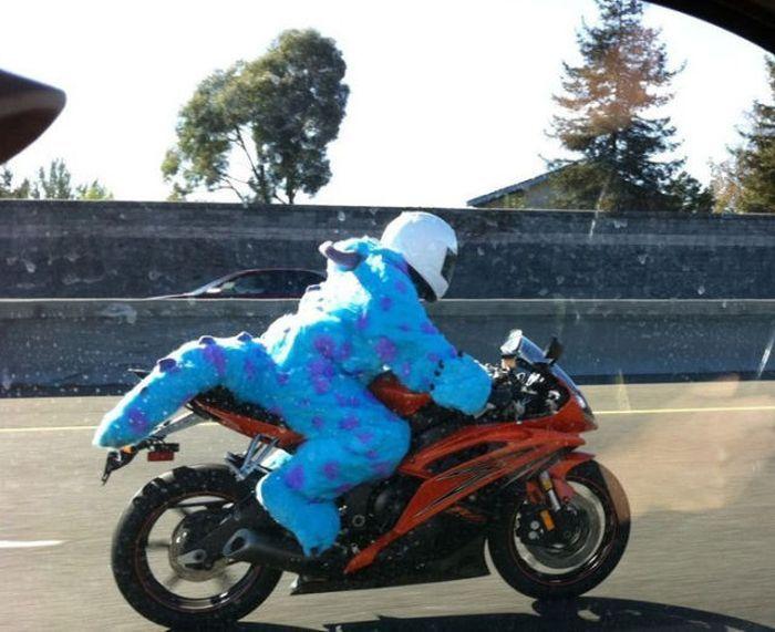 мотоциклист в костюме динозавра