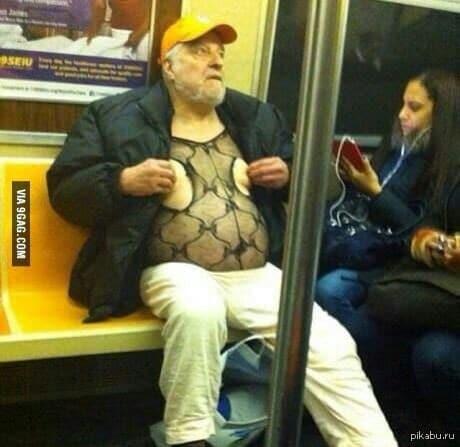 мужчина в кепке в вагоне метро