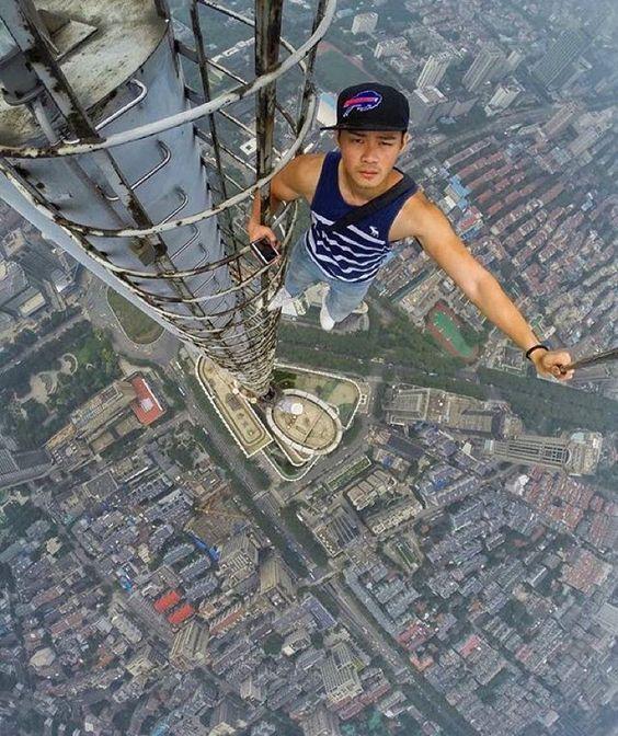 китаец на крыше небоскреба