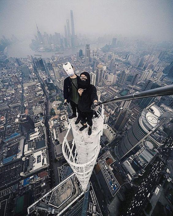 двое на крыше небоскреба