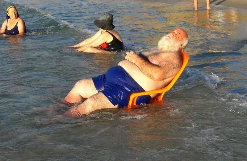 мужчина в кресле в воде
