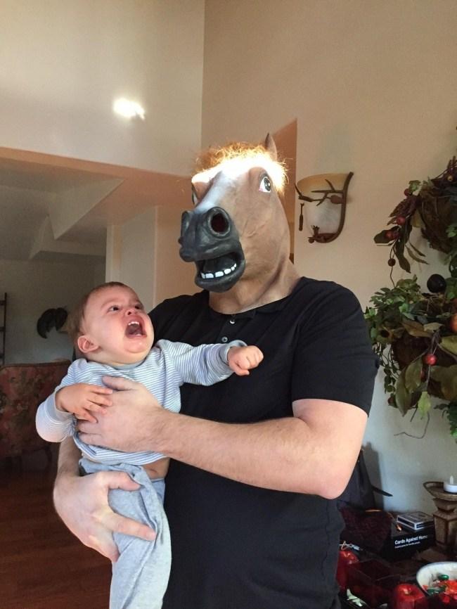 мужчина в маске лошади