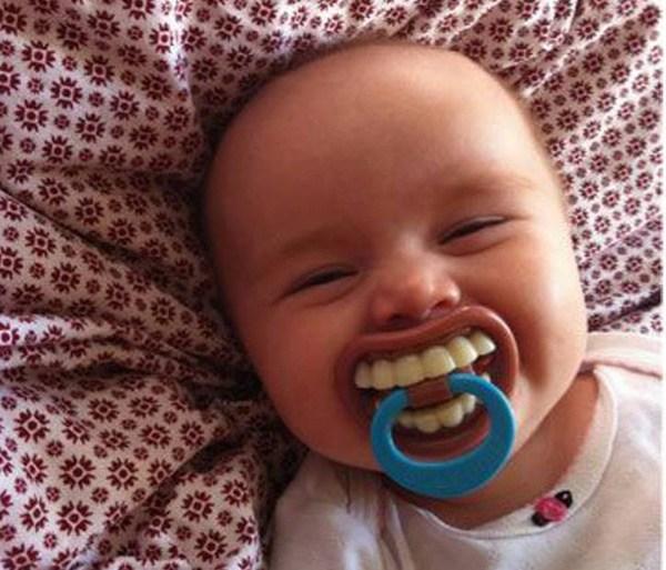 малыш с пустышкой во рту